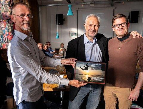 Peter Tygesen og Laurits Holt får overrakt Nairobiprisen af Niels Elbæk. Foto: Kim Dang Trong.